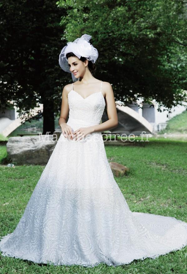 robe de mari e bretelles et fleurs avec longue tra ne. Black Bedroom Furniture Sets. Home Design Ideas