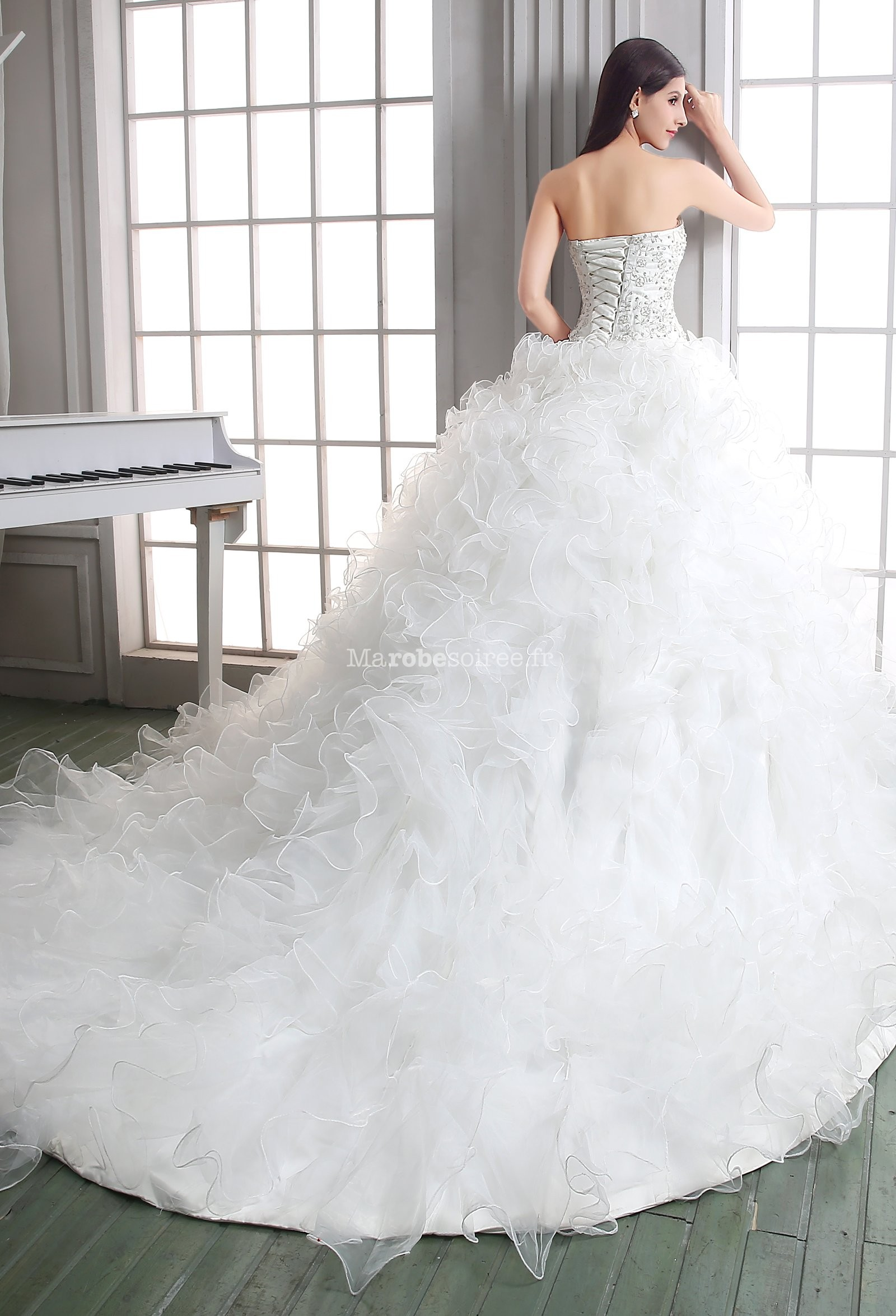 robe de mari e princesse avec traine id es et d 39 inspiration sur le mariage. Black Bedroom Furniture Sets. Home Design Ideas