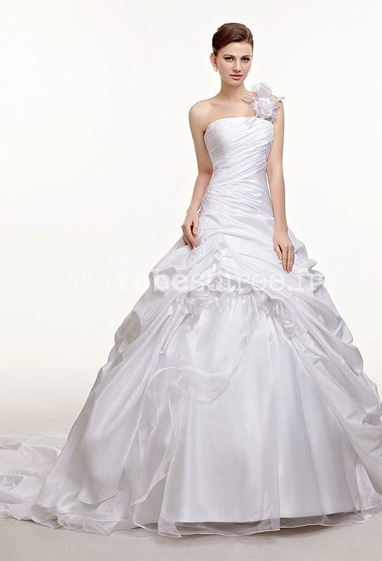 9cb772119a3 Robe de mariée forme princesse avec jupe froufrou  bretelle à pétales de  fleur  Robe de mariée bouffante asymétrique ...
