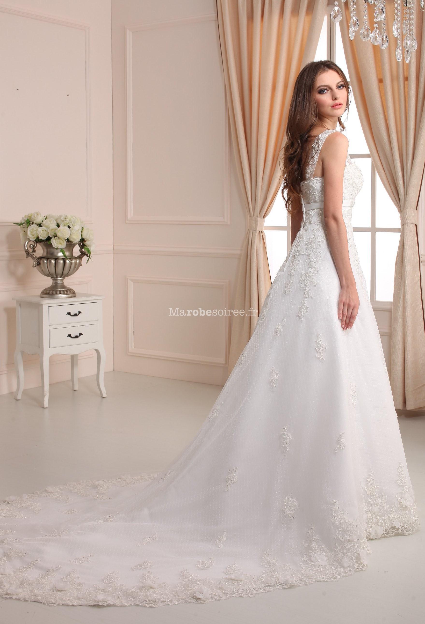 robe de mari e une manche en dentelle et strass. Black Bedroom Furniture Sets. Home Design Ideas
