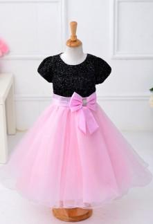 Jolie robe de cortège enfant à tissus scintillant à manches courtes