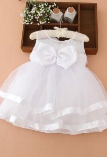 Petite robe blanche pour bébé au mariage