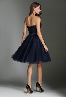 65ba1664d1c Des robes de cocktail bleu marines omniprésentes aux mariages