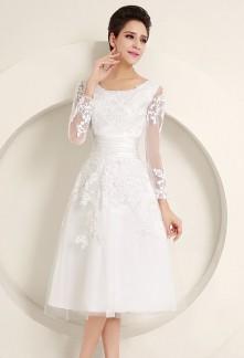 Robe de mariée longueur genoux avec manches et dentelle