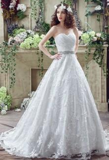 Robe de mariée en dentelle evasée