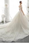 Robe de mariée longue traine épaules dénudées