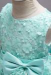 Robe de cortège enfant cascade en vert d'eau pétales de fleurs
