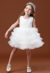 Petite robe enfant courte en dentelle et tulle